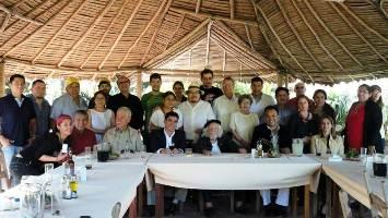 La delegación de poetas junto a Ernesto Cardenal