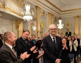 Patrick Modiano junto al secretario permanente de la Academia Sueca, Peter Englund. Foto: Javier Claure C.